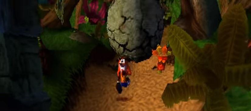 Crash Bandicoot rennt von einem rollenden Stein hinter ihm weg