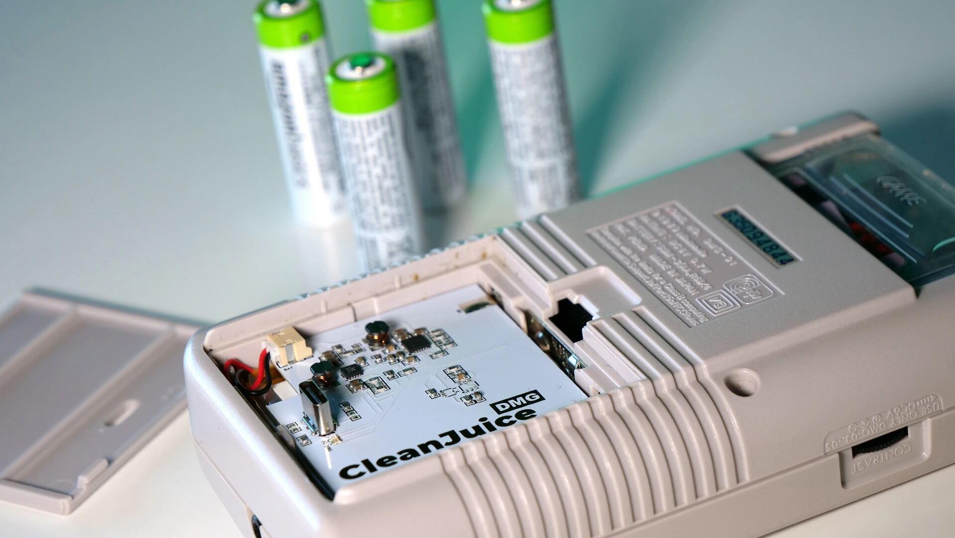 Retrosix CleanJuice Batterie Pack eingesetzt in den Game Boy